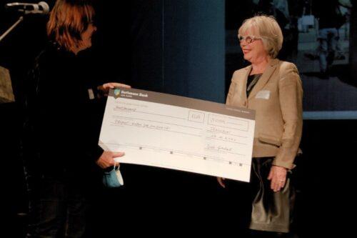 Übergabe 1. Preis an Sabine Hoffmann für Kubus der Solidarität